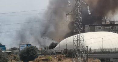 Fiamme colpiscono l'area di via Carrubella: sul posto anche la Protezione Civile